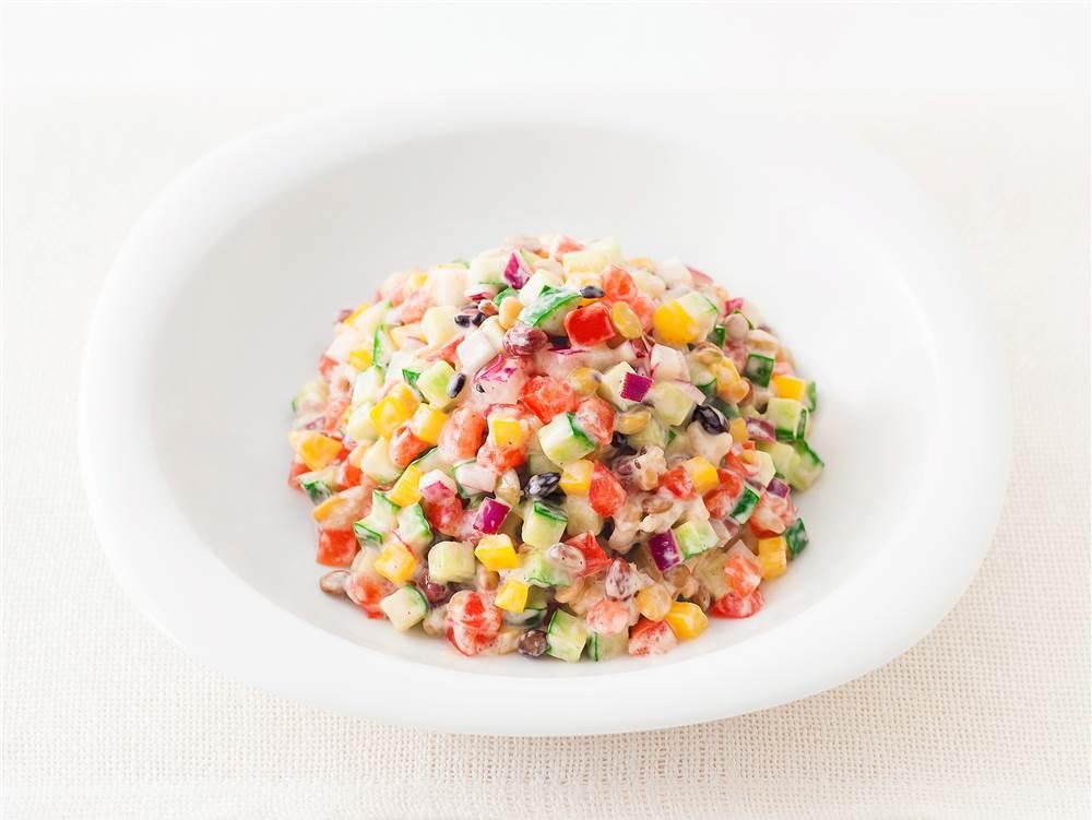 写真:穀物とカラフル野菜のチョップドサラダ