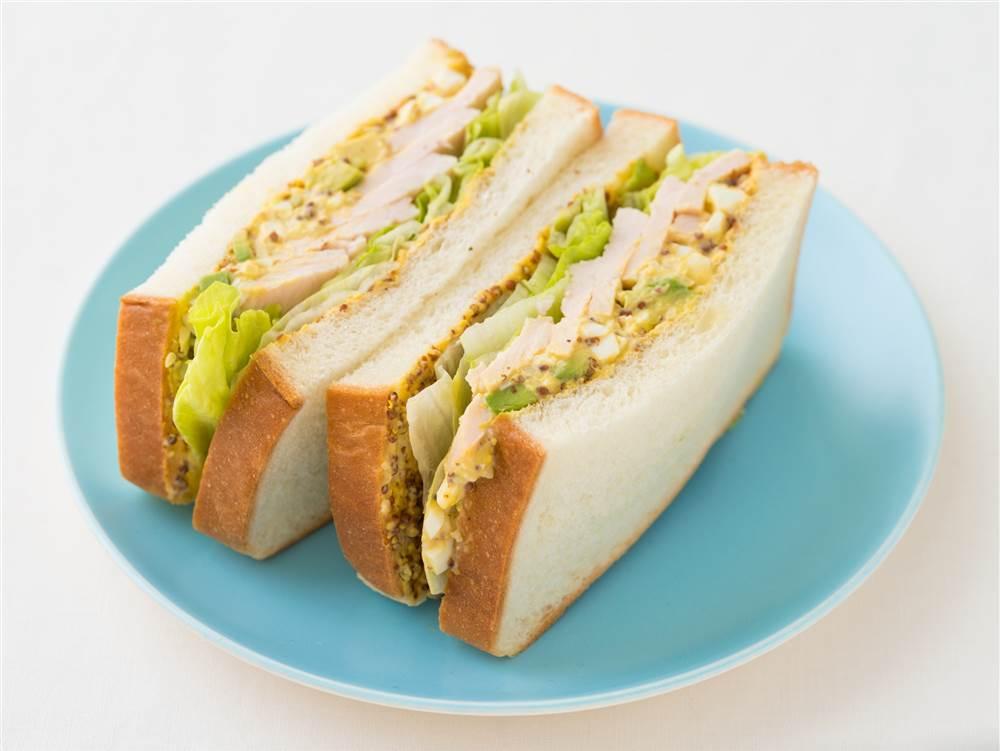 写真:アボカドタルタルとサラダチキンのサンドイッチ