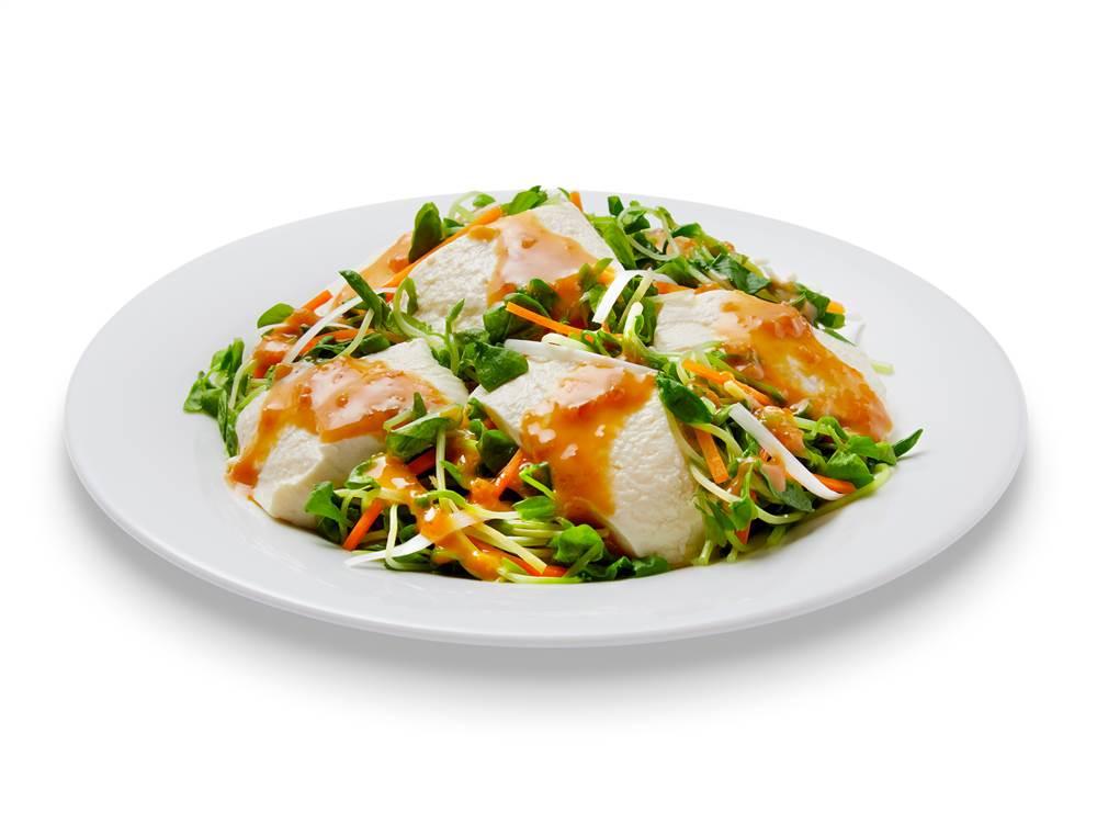 写真:蒸し豆腐と豆苗のサラダ