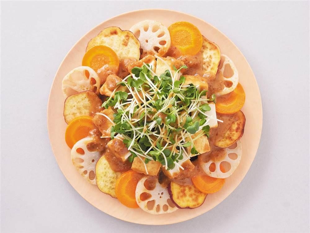 写真:根菜と厚揚げの焼きサラダ