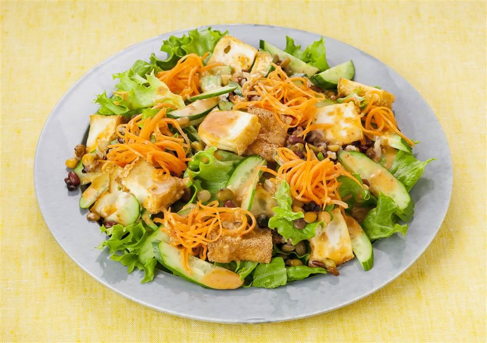 写真:厚揚げと豆と穀物のピリ辛サラダ