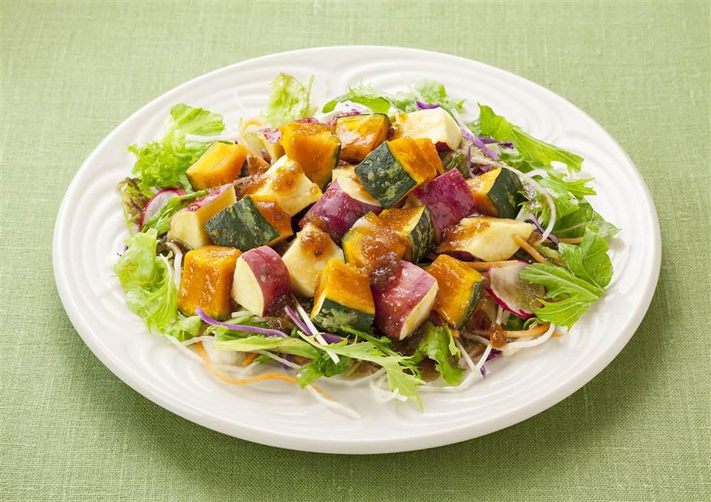 写真:かぼちゃとさつまいもと10品目野菜のサラダ