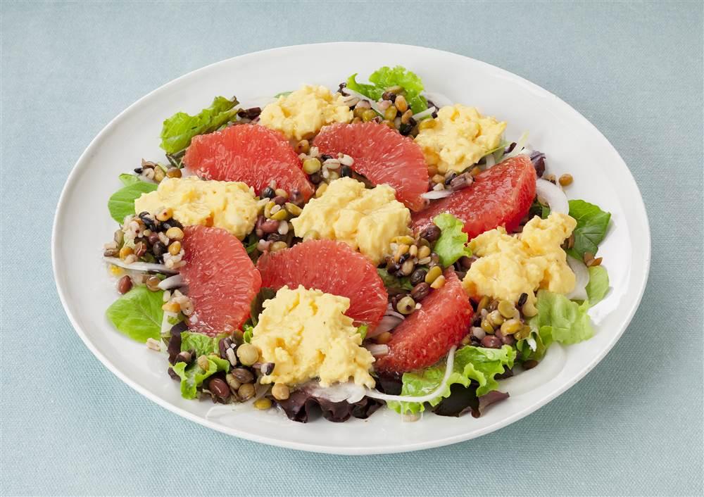 写真:スクランブルエッグとグレープフルーツのパワーサラダ