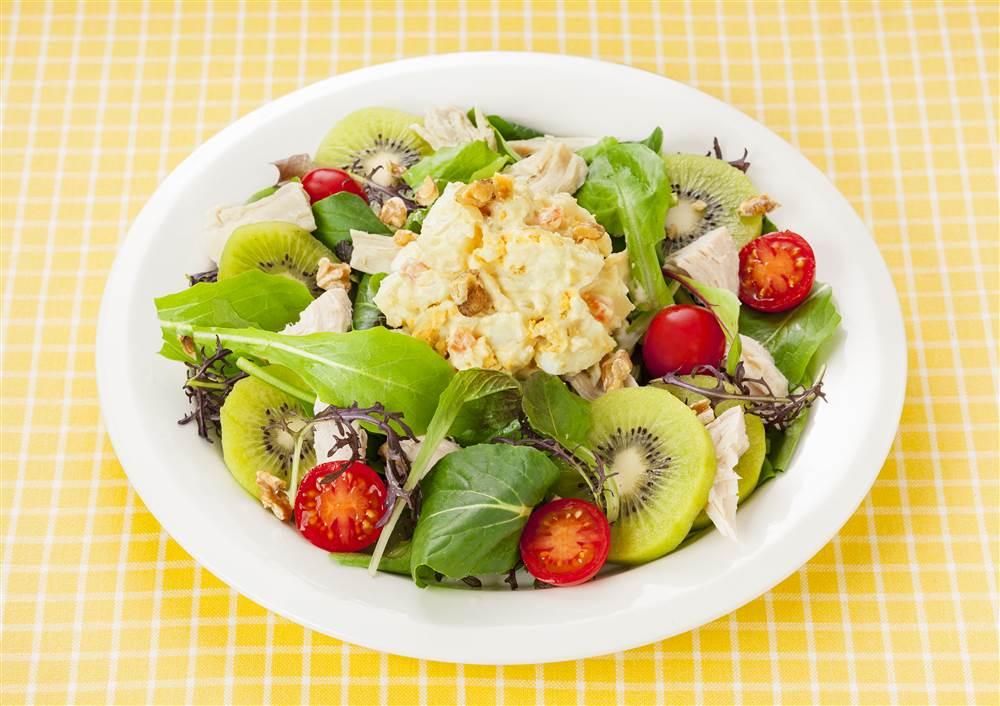 写真:たまごとポテトとキウイのパワーサラダ