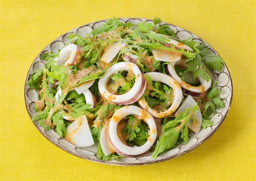 写真:いかと春菊のピリ辛サラダ