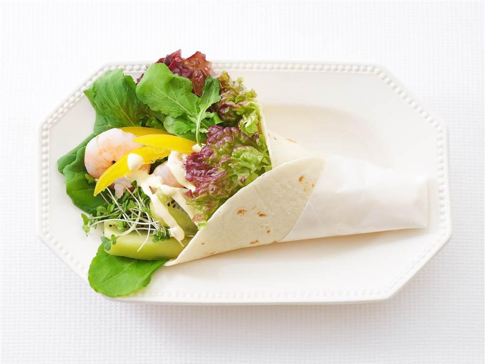 写真:えびとキウイのサラダラップ