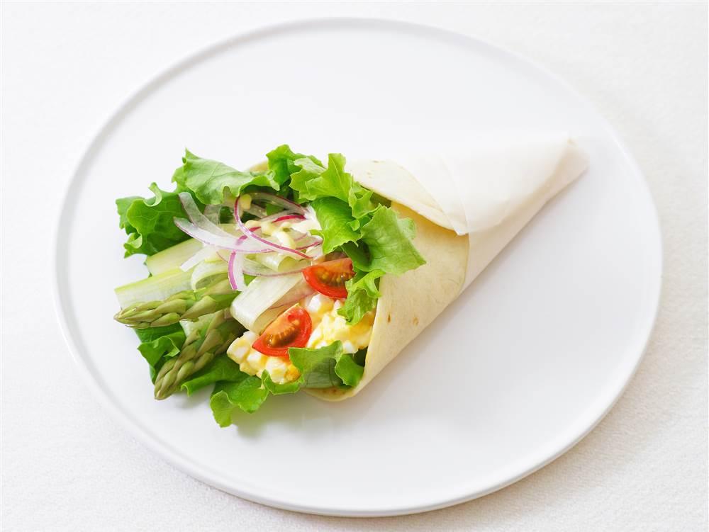 写真:グリーンアスパラガスとたまごのサラダラップ