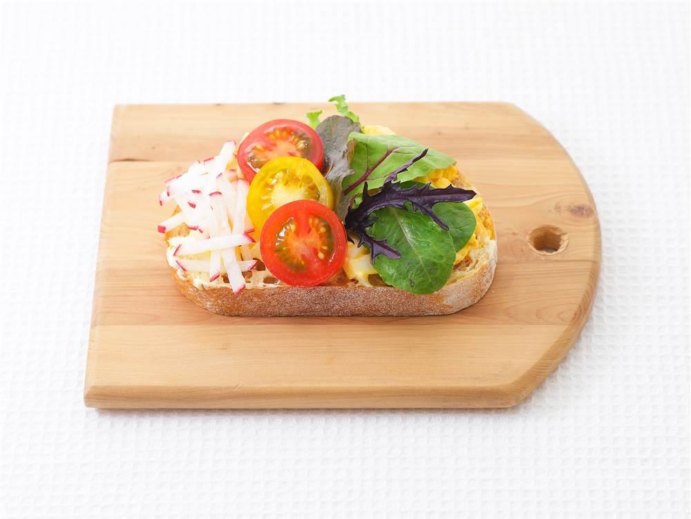 写真:プチトマトとたまごのサラダタルティーヌ