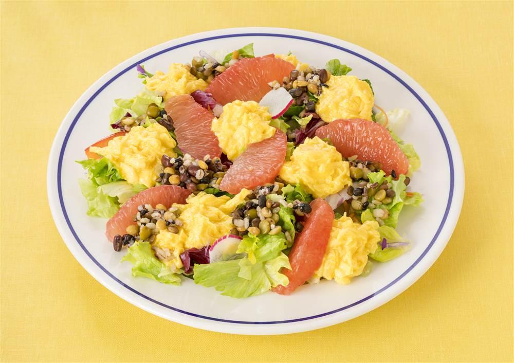 写真:ふわふわスクランブルエッグとグレープフルーツのパワーサラダ