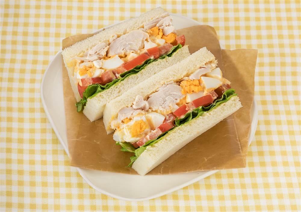 写真:ボリューム満点!たまごとチキンのサンドイッチ