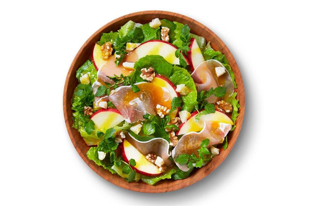写真:ロメインレタスとりんごと生ハムのパワーサラダ