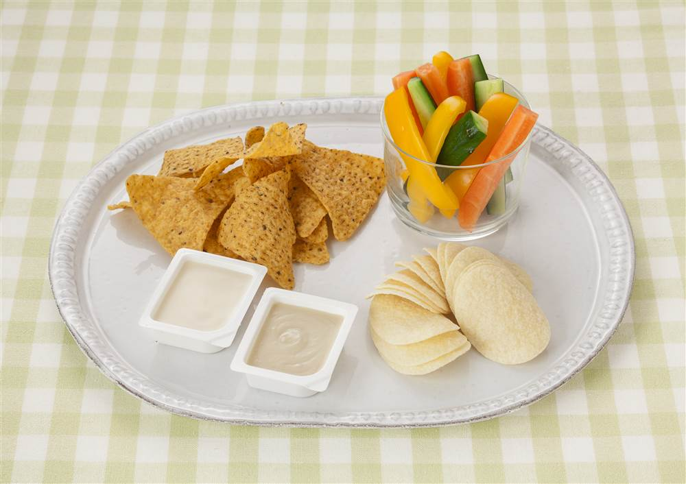 写真:スナック菓子とスティック野菜のディップ