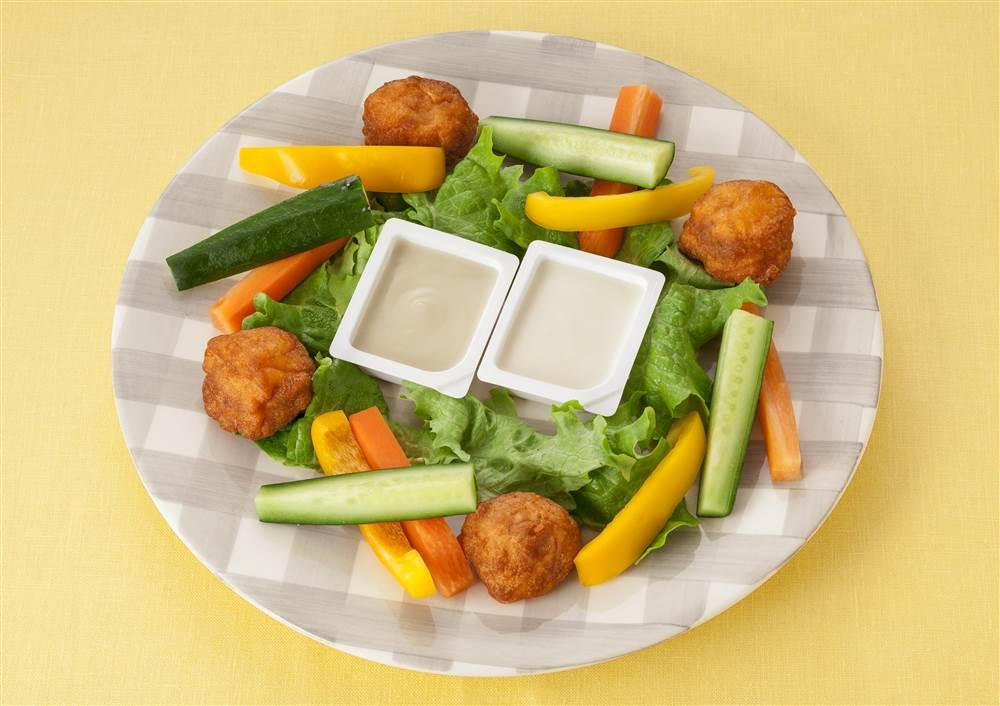 写真:から揚げとカラフル野菜のディップ