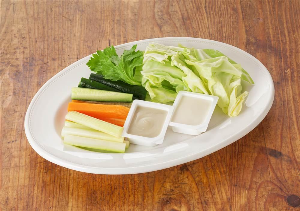 写真:生野菜のディップ添え