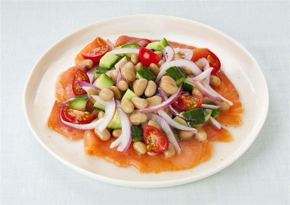 写真:大豆とスモークサーモンのマリネサラダ
