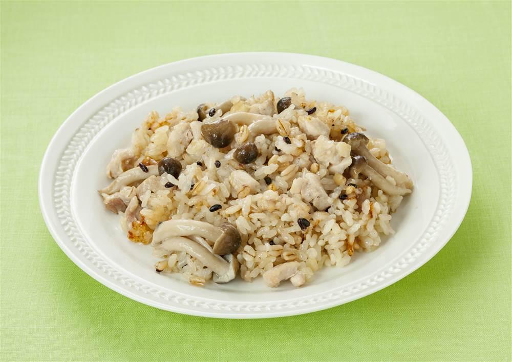 写真:3種の麦と鶏肉の炊き込みごはん