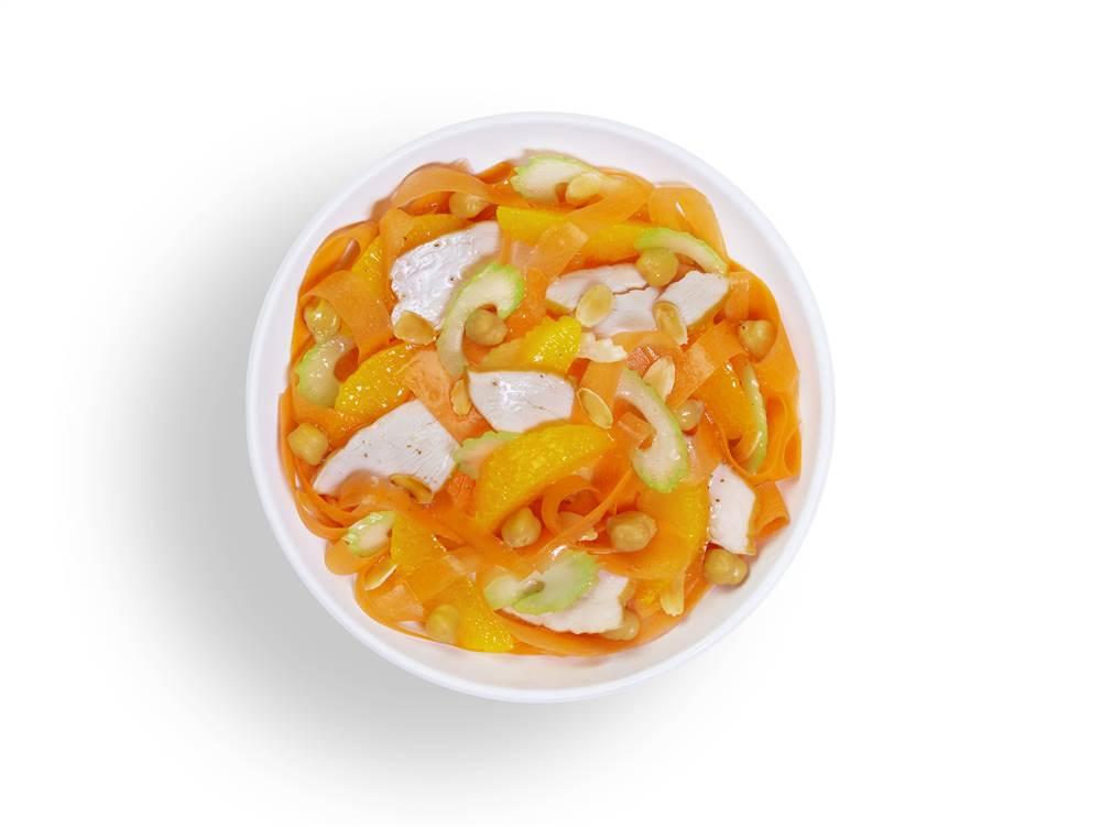 写真:オレンジとにんじんとスモークチキンのパワーサラダ