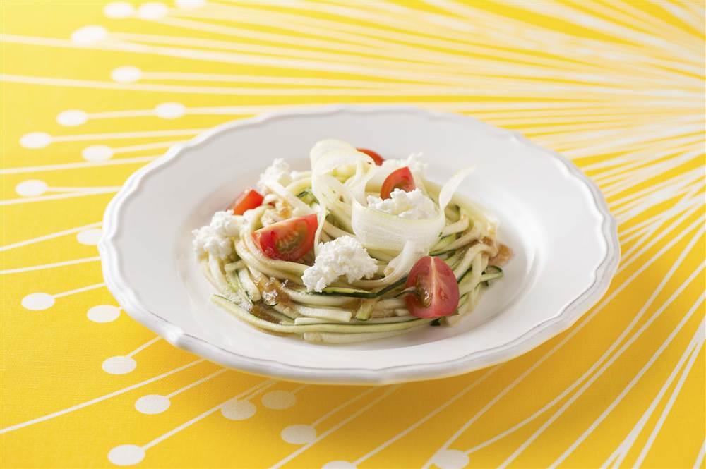 写真:ズッキーニとセロリのパスタ風サラダ