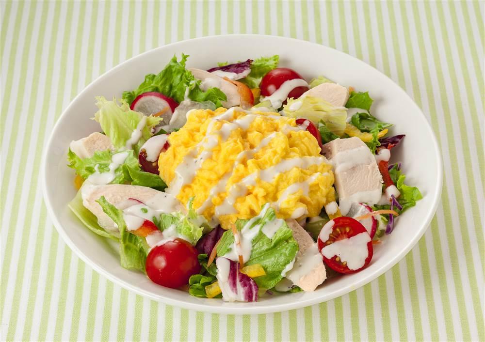 写真:スクランブルエッグとサラダチキンのサラダ