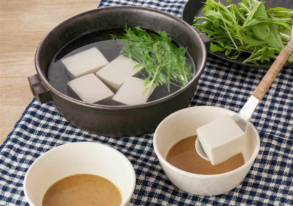 写真:ドレッシングとゆずポン酢で! 湯豆腐