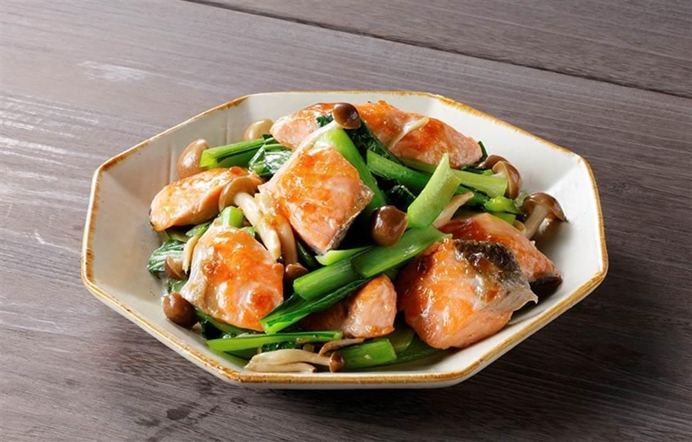 写真:秋鮭と小松菜の黒酢炒め