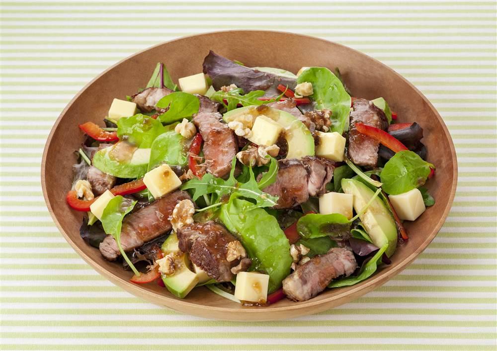 写真:ラム肉とアボカドのパワーサラダ