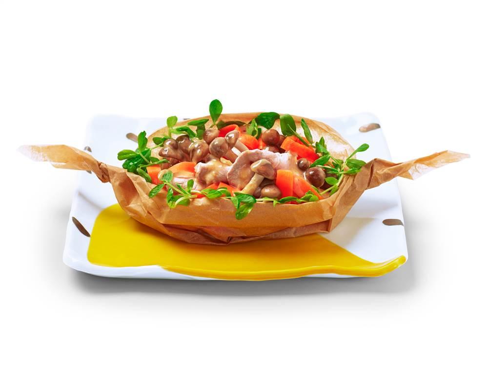 写真:しめじと豚肉の包み焼きサラダ