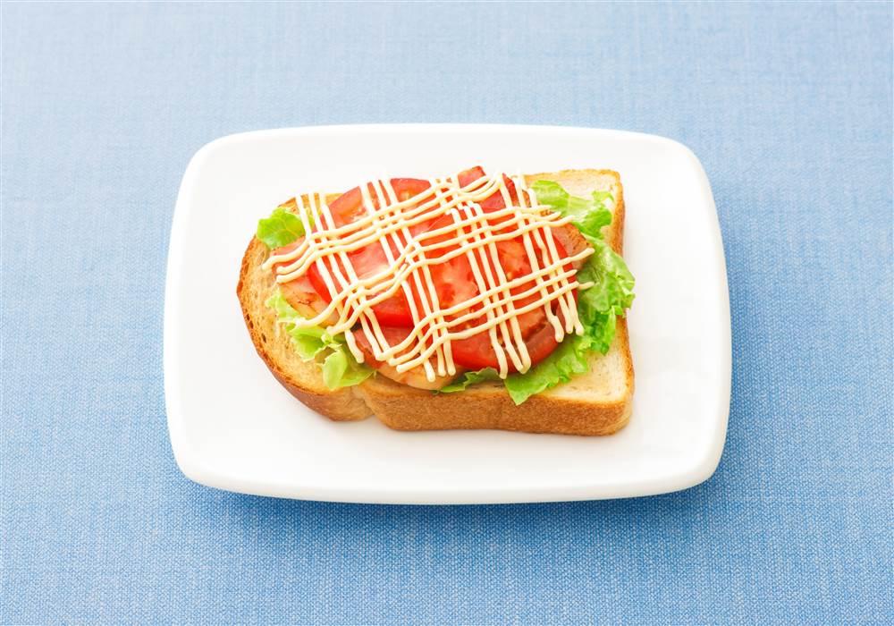 写真:ベーコンとトマトのオープンサンド