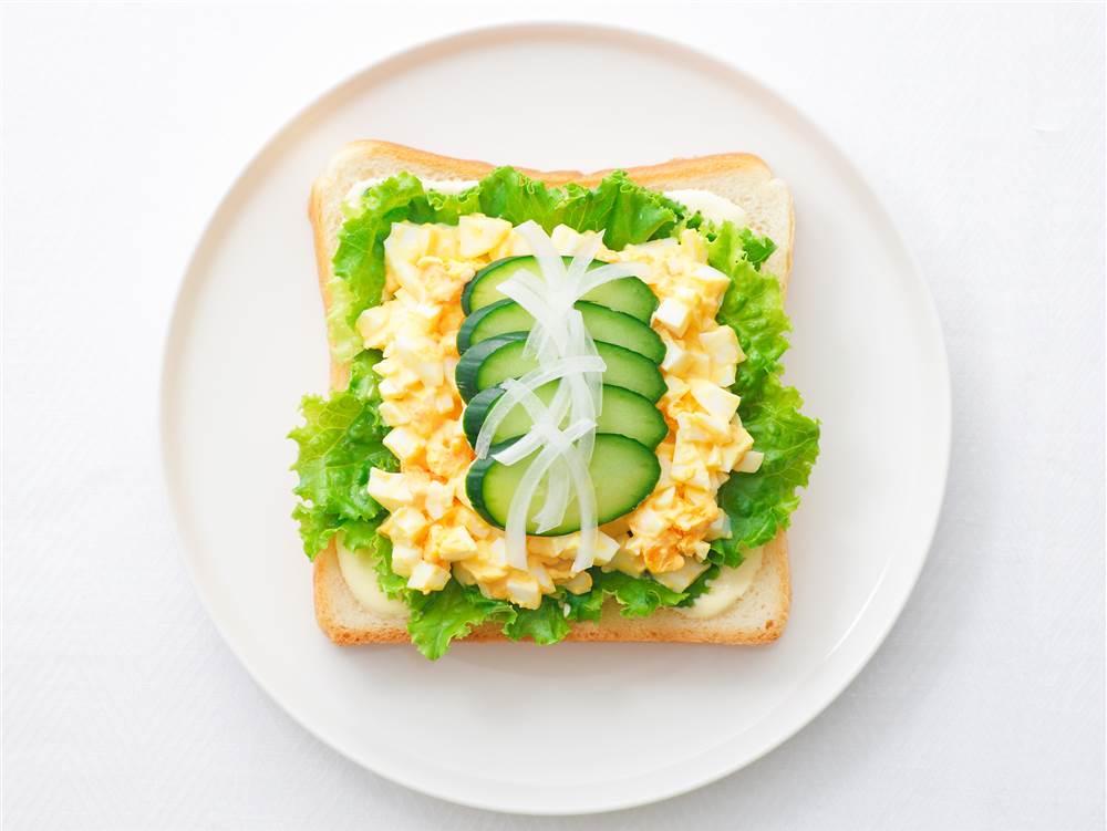 写真:たまごサラダときゅうりのサンドイッチ