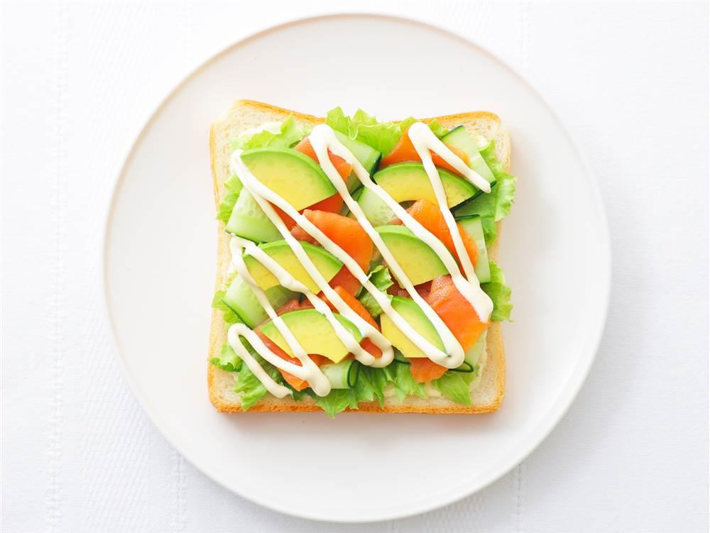 写真:アボカドとスモークサーモンのサンドイッチ