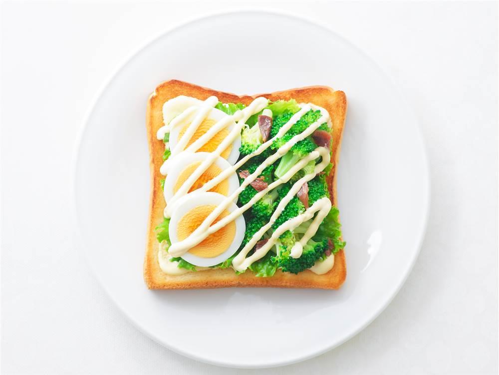 写真:ゆで卵とブロッコリーのサンドイッチ