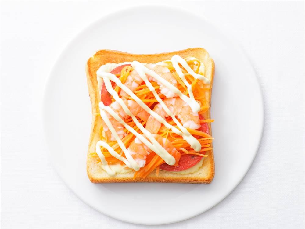 写真:えびとトマトとにんじんのサンドイッチ