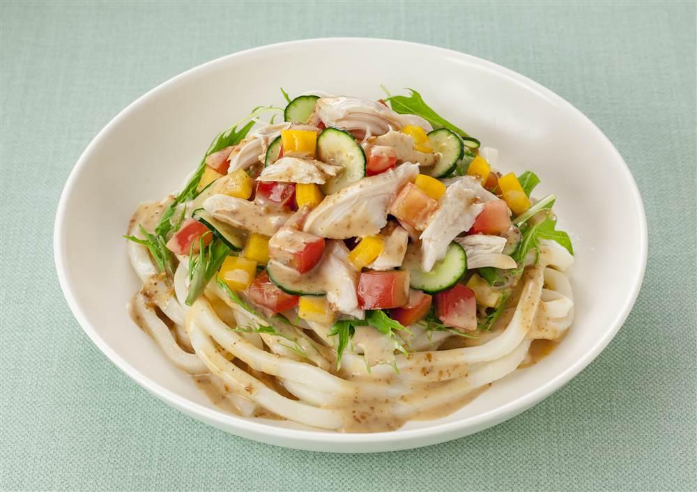 写真:蒸し鶏とカラフル野菜のサラダうどん