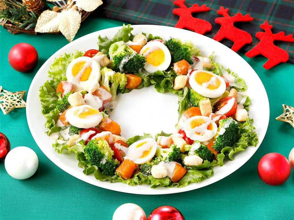 写真:ブロッコリーとゆで卵のリースサラダ