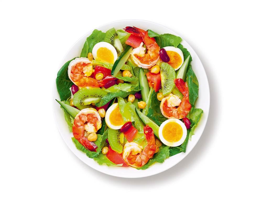 写真:ゆで卵とえびとキウイのパワーサラダ