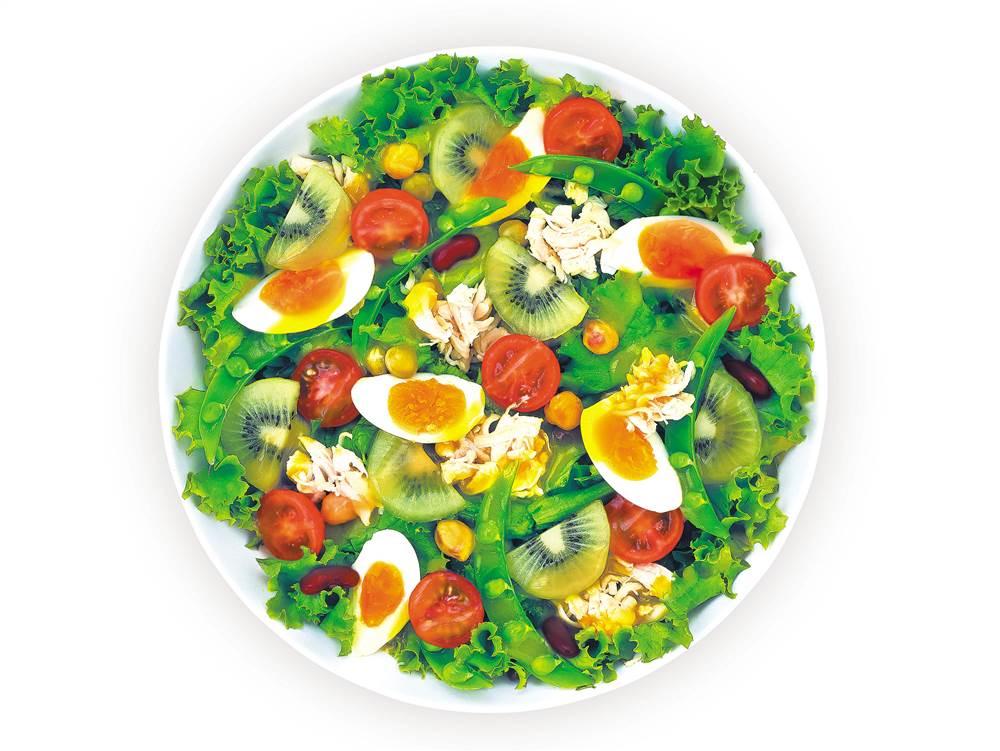 写真:ゆで卵とチキンとキウイのパワーサラダ
