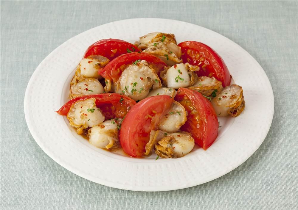 写真:ベビーホタテとトマトのガーリック炒め