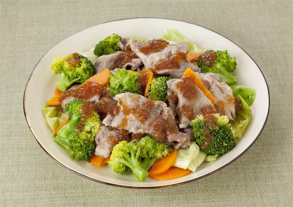 写真:温野菜と豚肉のサラダ
