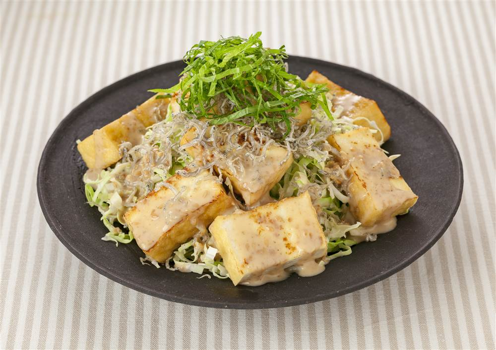 写真:厚揚げとせん切りキャベツのサラダ