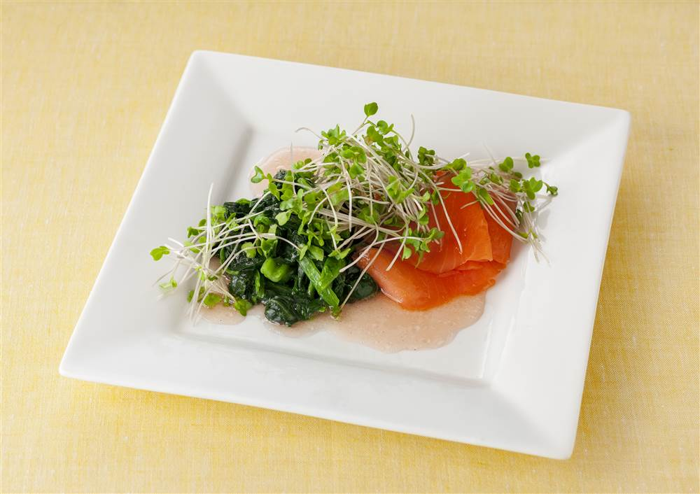 写真:スモークサーモンとほうれん草のサラダ