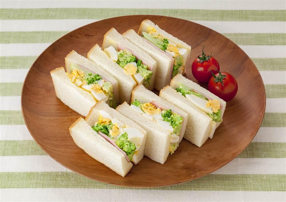 写真:たまごとブロッコリーのサンドイッチ