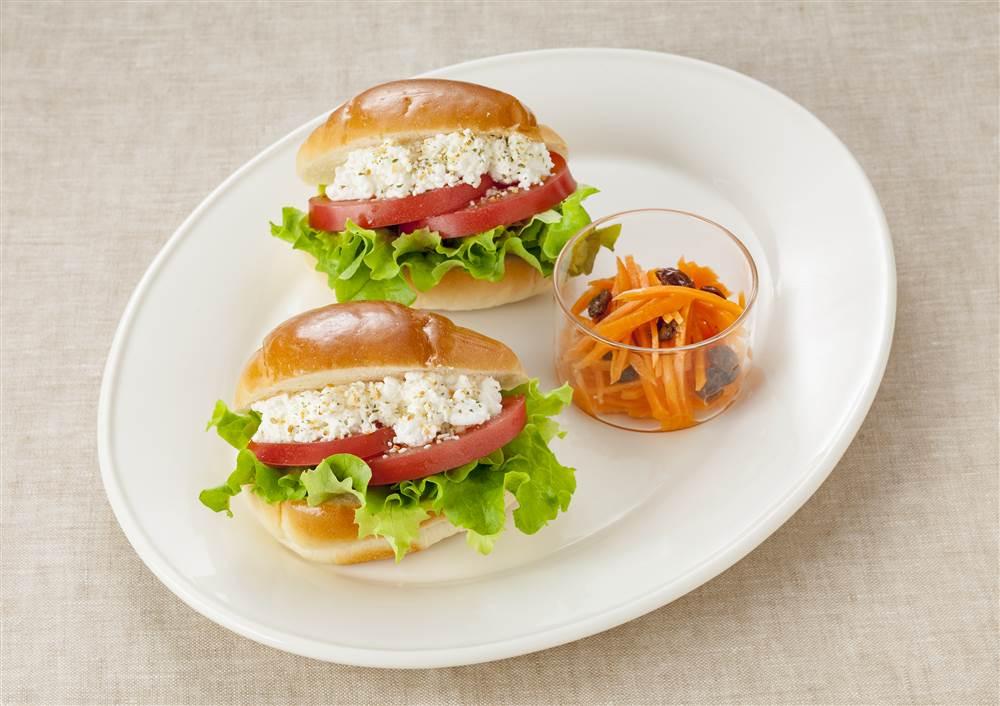 写真:トマトとカッテージチーズのロールパンサンドワンプレート