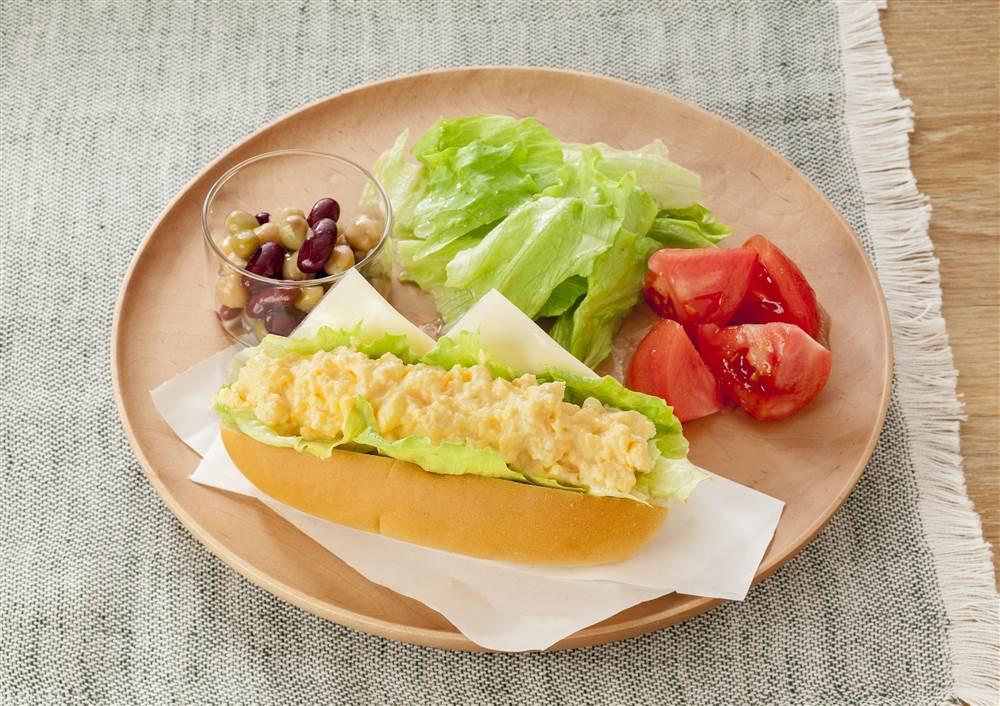 写真:スクランブルエッグサンドと豆のマリネのワンプレート