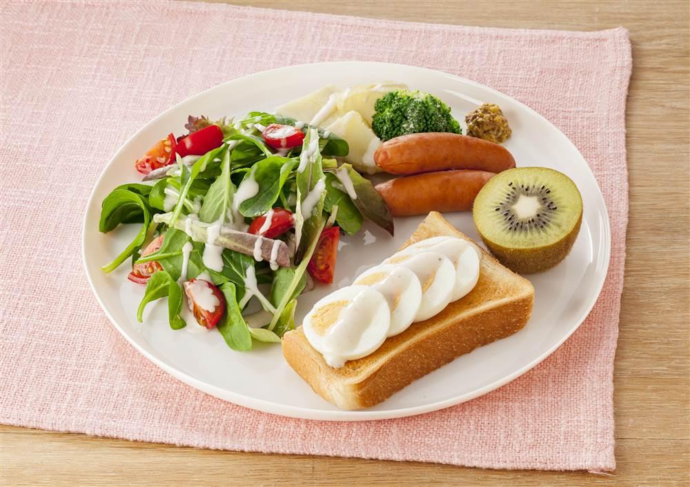 写真:エッグトーストと温野菜のワンプレート