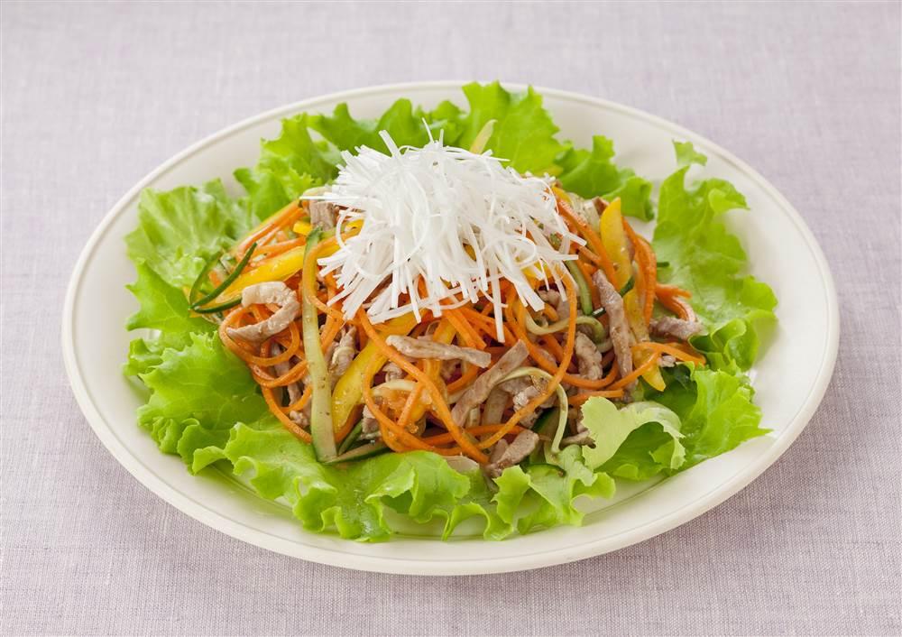 写真:にんじんと豚肉のベジヌードルサラダ