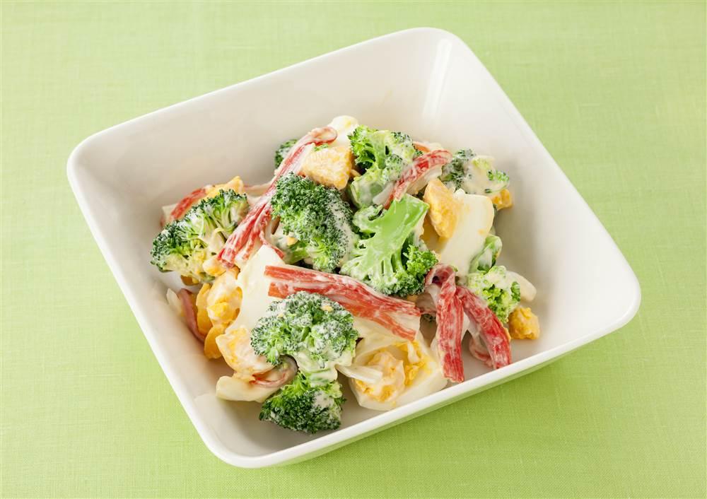 写真:かにかまとブロッコリーとゆで卵のサラダ