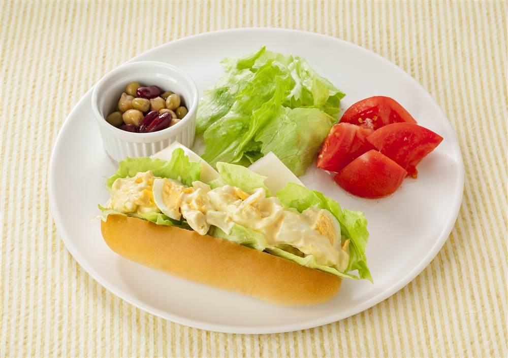 写真:たまごのドッグサンドと豆のマリネのワンプレート