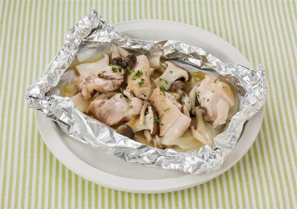 写真:レモンドレッシングで!鶏肉ときのこのホイル焼き
