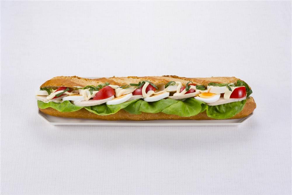 写真:チキンとトマトとモッツァレラのサラダサンド