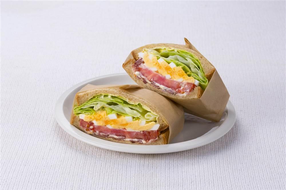 写真:たまごとBLTのサラダサンドイッチ